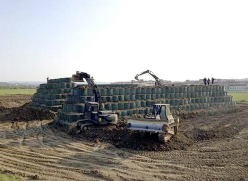 Personale e mezzi dell'Esercito impegnati nella realizzazione del terrapieno di 12 metri