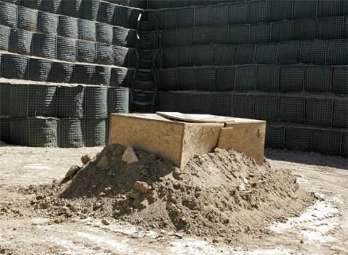 L'ordigno posto in sicurezza all'interno del terrapieno innalzato dal 2° Reggimento Genio Guastatori