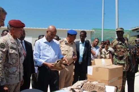 Il Primo Ministro esamina il materiale d'equipaggiamento