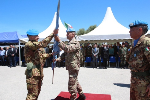Il generale POLLI riceve bandiera dal generale SERRA