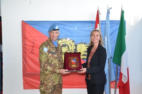 Il generale Fabio Polli dona crest della brigata Ariete al ministro Mogherini