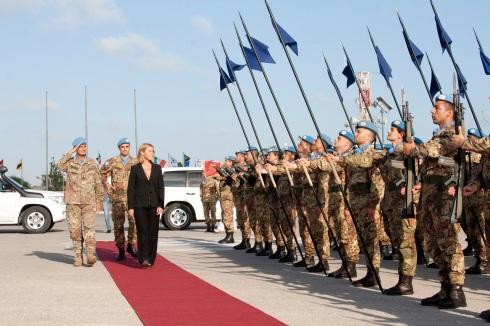Il ministro Mogherini riceve gli onori all'arrivo