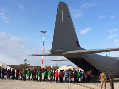 L'imbarco dei migranti a Lampedusa