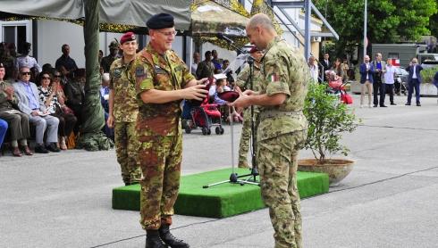 Il gen. Borrini consegna il basco