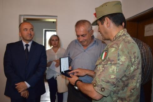 Il generale Figliuolo consegna un dono al sig. Petrovic