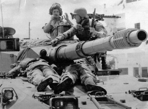 Mogadiscio, Somalia, 2 Luglio 1993 - L'allora Capitano Emilio Ratti soccorre e porta in salvo due feriti su una Centauro durante gli scontri al Checkpoint Pasta