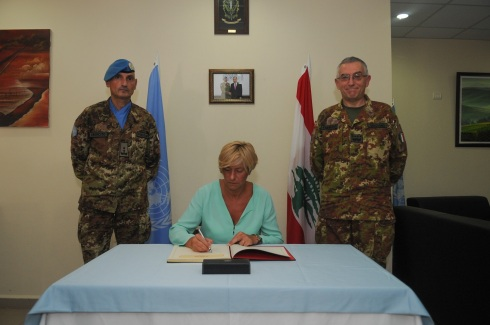Il ministro Pinotti firma l'albo d'onore
