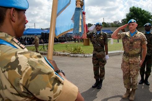 Il generale Portolano saluta la bandiera delle Nazioni Unite