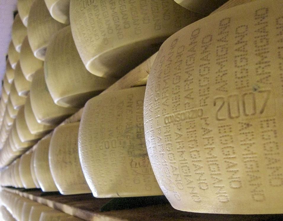 Furto di oltre 2000 forme di Parmigiano Reggiano nel modenese. Polizia arresta i colpevoli (1/2)