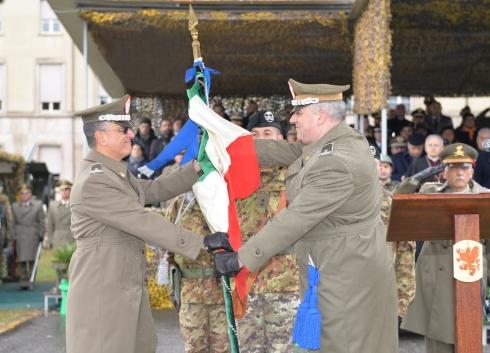 Il gen. b. Zontilli consegna la Bandiera del COMACA al gen. b. Barbarotto