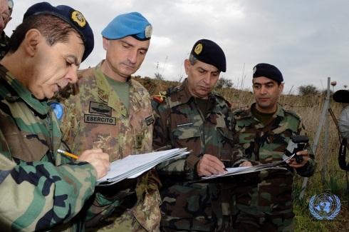 Il gen. Portolano con i rappresentanti delle Forze Armate Libanesi durante l'attivita' di demarcazione della Blue Line