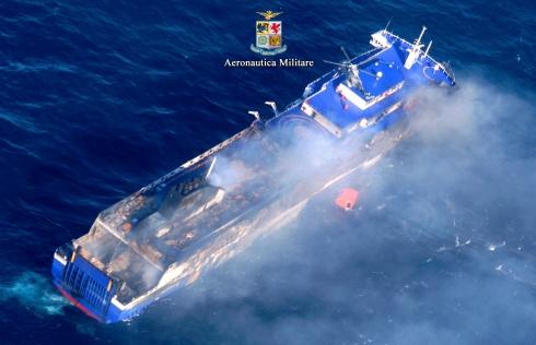 Il traghetto in fiamme con un elicottero che tenta un recupero