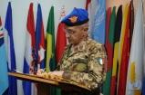 Il capo di SME firma l'albo d'onore di UNIFIL