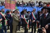 Il capo di SME consegna il crest al sindaco di Palermo