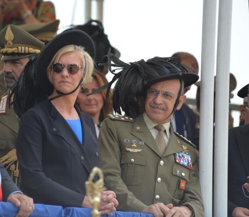 Il ministro Pinotti e il capo di SME indossano la Vaira