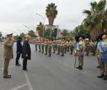 Ministro e capo di SME rendono gli onori alla bandiera