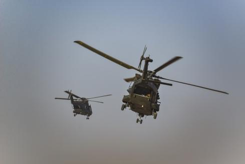 NH 90 in volo con il personale del 66 Reggimento e il personale recuperato