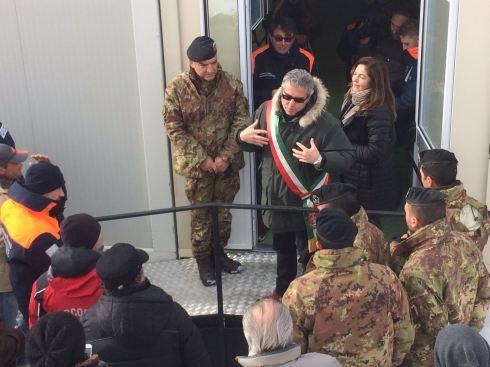 sismacentroitalia-consegna-container-norcia-il-sindaco-si-rivolge-ai-partecipanti