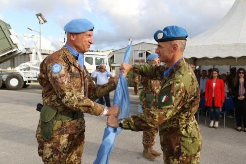 Il Col. Saitta riceve la bandiera dell'ONU dal Gen.B. Olla