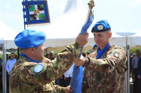 Il passaggio della bandiera ONU che sancisce il Traferimento di Autorità