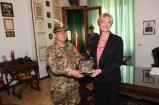 Scambio doni tra Ministro Pinotti e Comandante 9° rgt Alpini