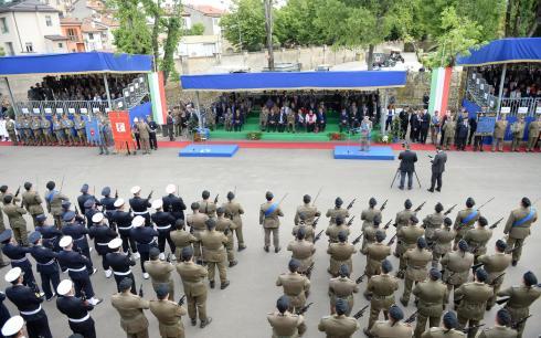 Tribune e reparti schierati durante la cerimonia