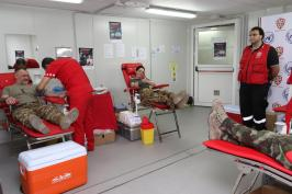 Peacekeeper italiani durante la donazione (1)