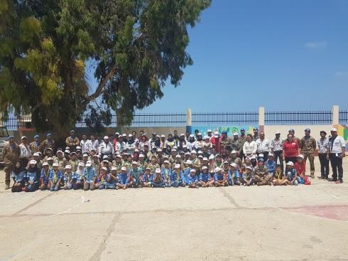 Foto di gruppo dei caschi blu italiani e parte degli studenti e scout locali