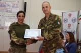 Il comandante della JTF-L premia il perosonale femminile qualificato aiuto istruttore di difesa personale