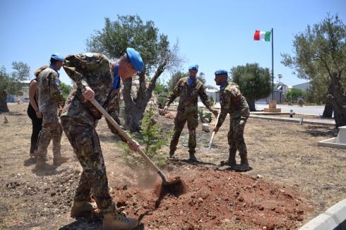 Il Comandante di Sector West pianta un albero di cedro, simbolo del Libano