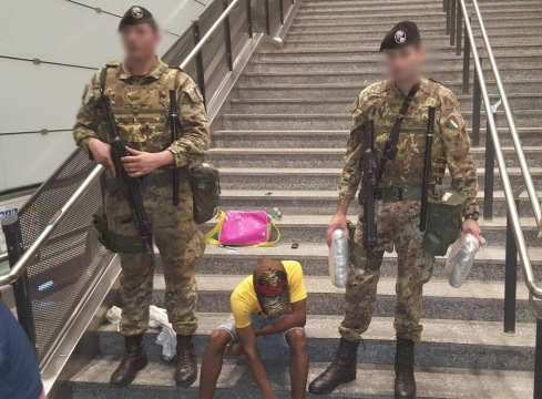 Militari dell'Operazione Strade Sicure con gli stupefacenti sequestrati
