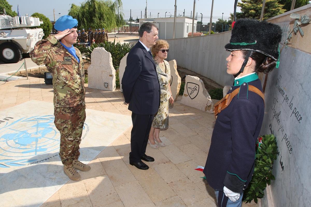 Onori ai caduti al cenotafio di Shama