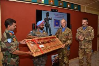 Scambio di doni tra i comandanti di contingente italiano e indiano