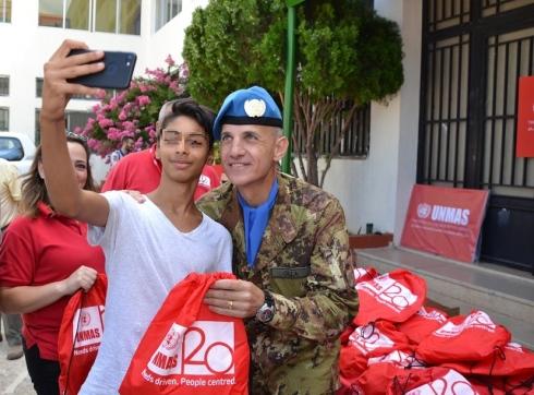 Selfie di un giovane studente con il Comandante del contingente italiano_