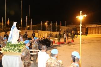 Caschi blu e popolazione locale nel piazzale della base Millevoi per la celebrazione dell'Assunzione