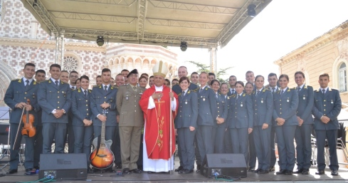 FOTO 4 - Mons. BASSETTI, Gen.B. De Vito e Coro GdF