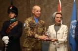 Il Generale di Brigata Francesco Olla dona il simbolo della specialità granatieri