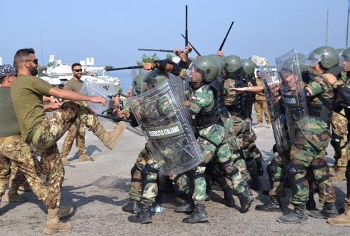 Fase di contatto del plotone esercitato durante la simulazione di uno scontro con la folla