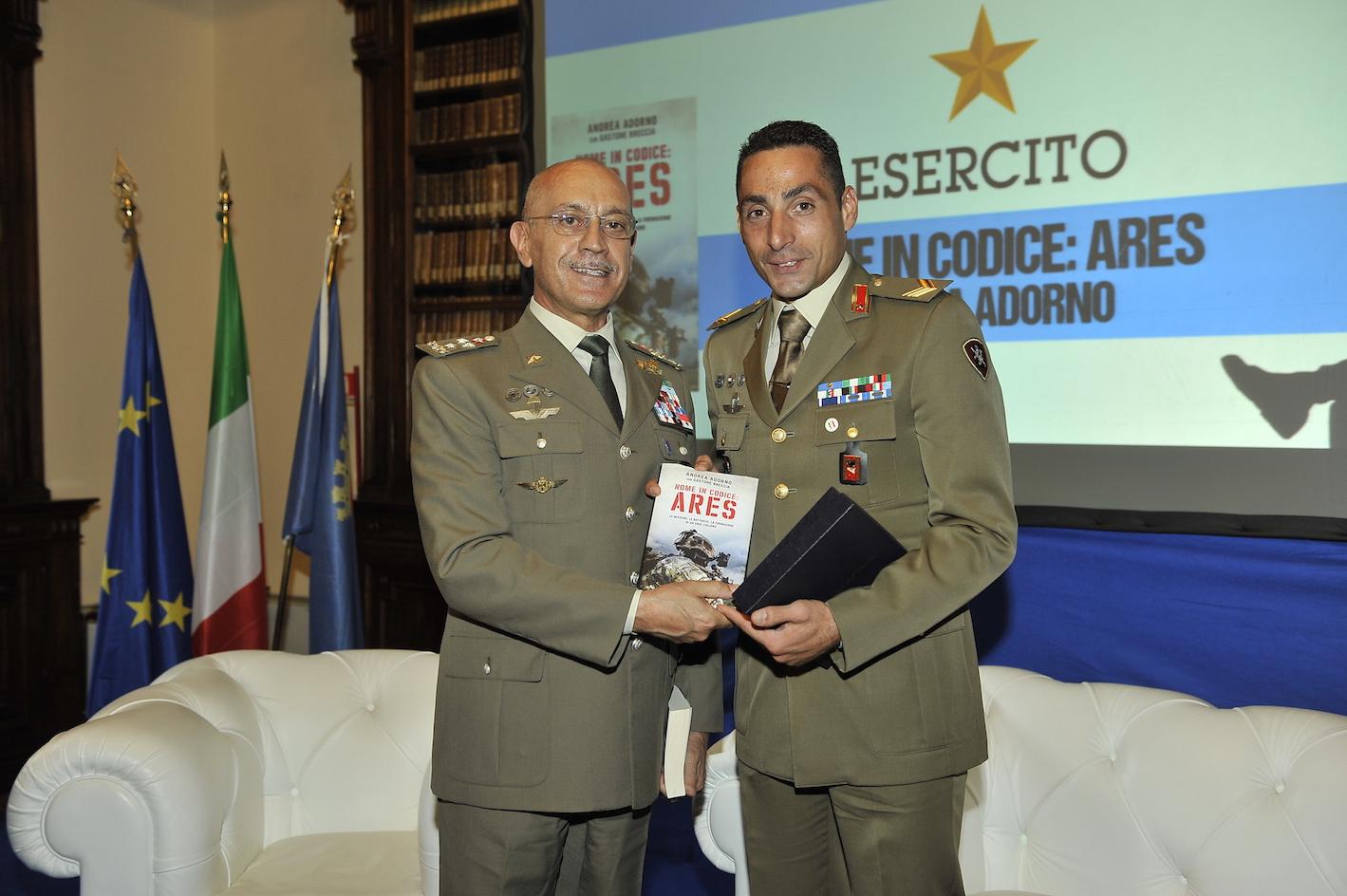 Il Sergente Adorno consegna copia del suo libro al Generale Errico