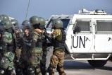 Istruttore dell'Esercito Italiano assiste il plotone durante l'esercitazione