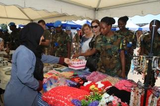 Libano - i militari italiani celebrano la giornata internazionale della pace con la popolazione locale (3)