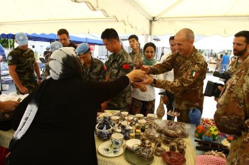 Libano - i militari italiani celebrano la giornata internazionale della pace con la popolazione locale (6)