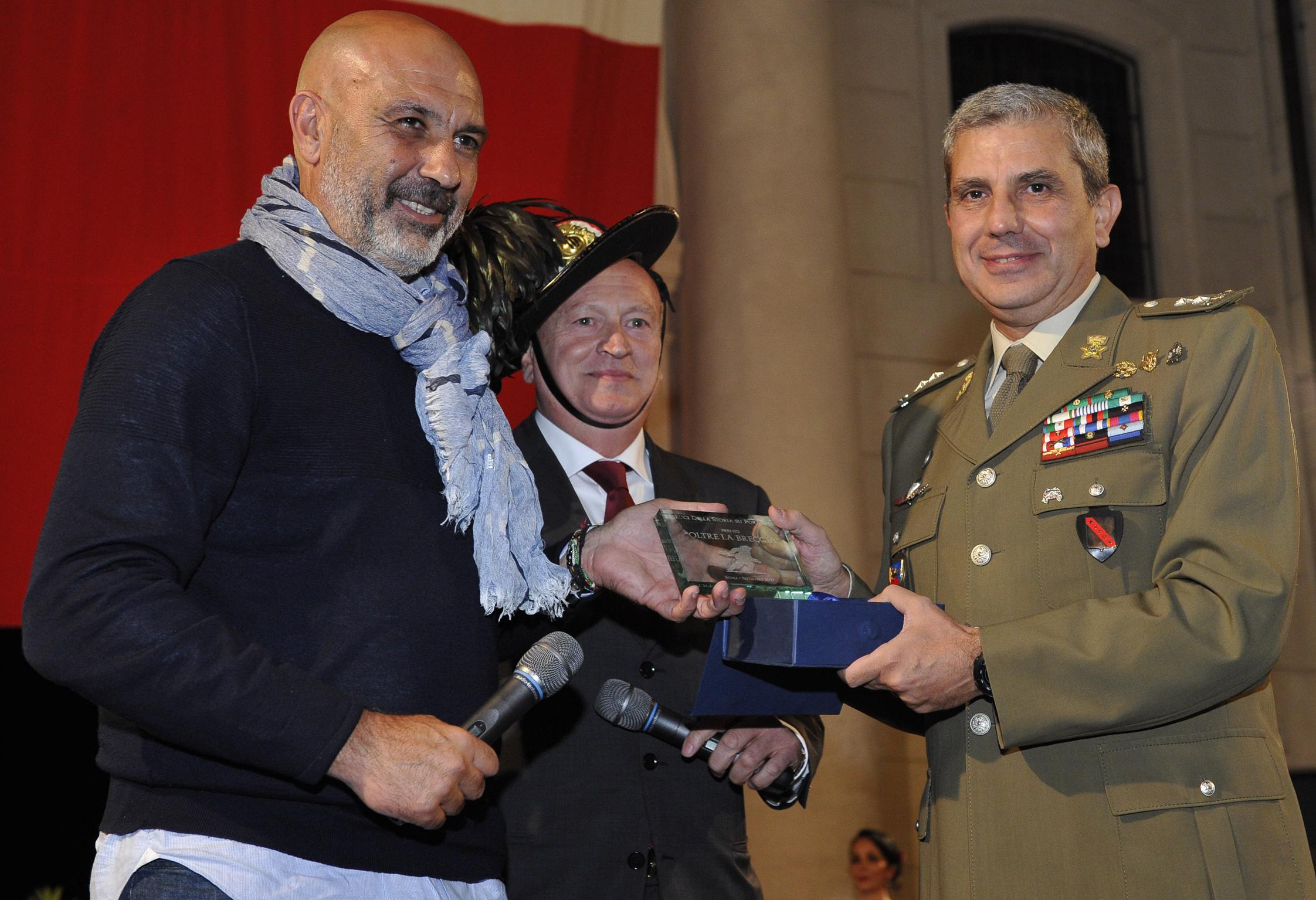 ok_Foto 1 - Il Vice Comandante del Comando Miliatre della Capitale consegna il premio al Sindaco di Amatrice