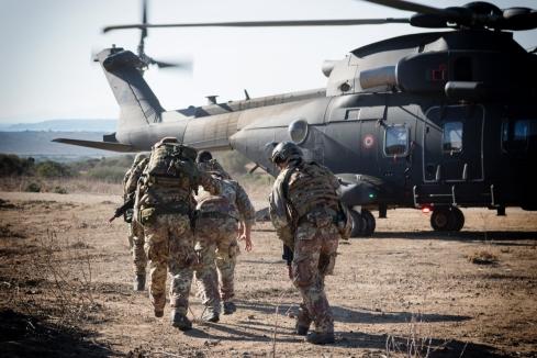 2017_10_18_JOINT STARS 17_Esercito Italiano_Ex VEGA 17_Ex Personnel Recovery_Imarco Fucilieri dell'Aria con il personale da esfiltrare