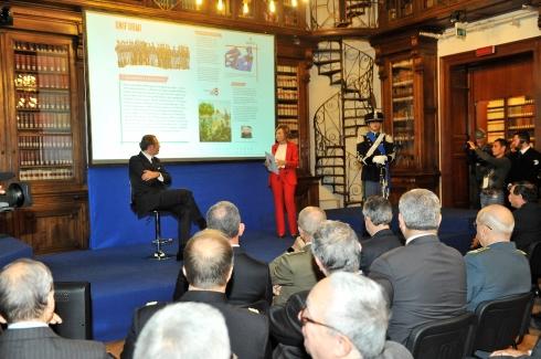 6. Il Dott. D'Andrea e la giornalista Flavia Fratello introducono il CalendEsercito 2018