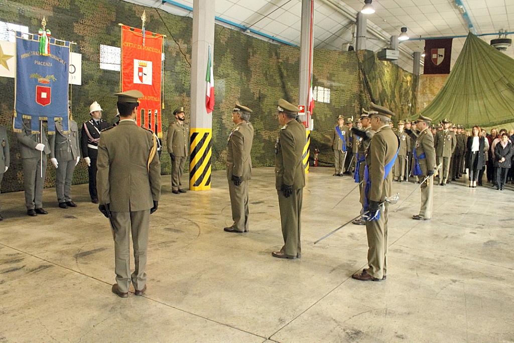Il Comandante Logistico saluta il Gonfalone Piacenza_decorato medaglia d'oro al valore militare