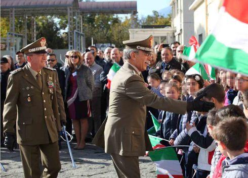 il Gen. Della Sala e il Gen. Di Marco salutano le scolaresche presenti