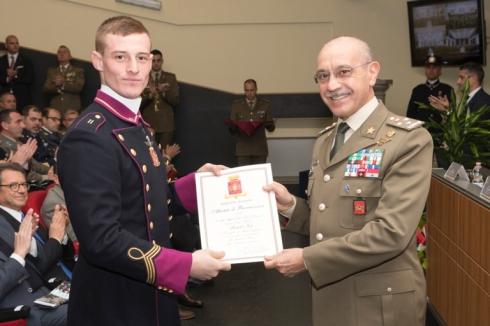 Il Generale CA Danilo Errico premia un allievo