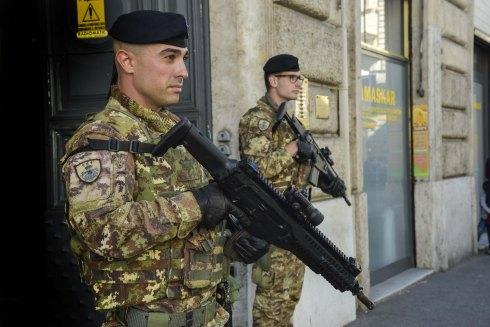 Militari del 151° reggimento a presidio di un sito