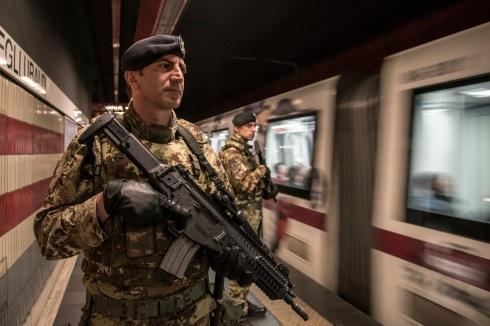 Roma. Militari dell'Esercito Italinao in servizio nella metropolitana